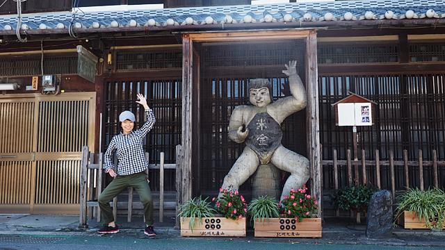 イケメン陶芸家がつくった巨大な陶像と
