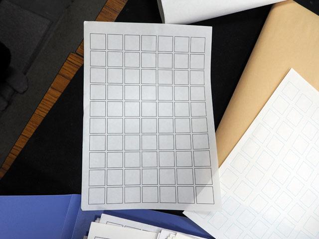 制作当初に使っていたという紙がこちら。本当にただのA4コピー用紙だ(後に、右にある青枠の用紙に変更)