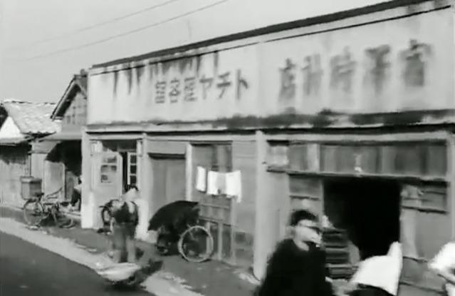 動画開始から32秒のところに写ってる「トチヤ理容館」。右から左に読む右横書きだ。