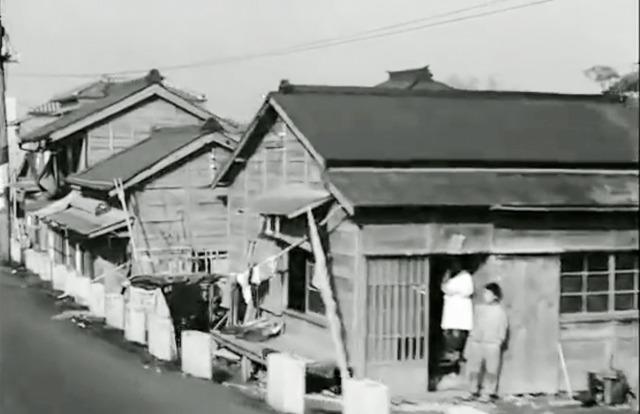 動画の最初。道路と、ちょっと低くなった場所に建つ建物との間に柱の列がある。