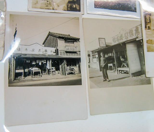 見せてくれたアルバムには、映像で見たかわいらしい形の看板を冠した時代の住吉屋の写真もありました。
