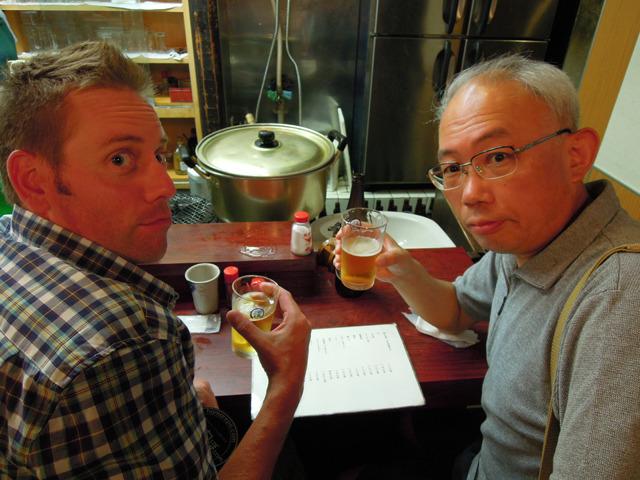 カウンターの端にいらっしゃったカーソンさん(左)と菅原さん