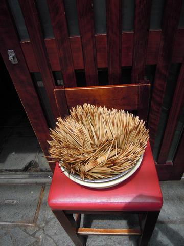 天日干しされる大量の竹串。これら一本ずつに精魂が込もる