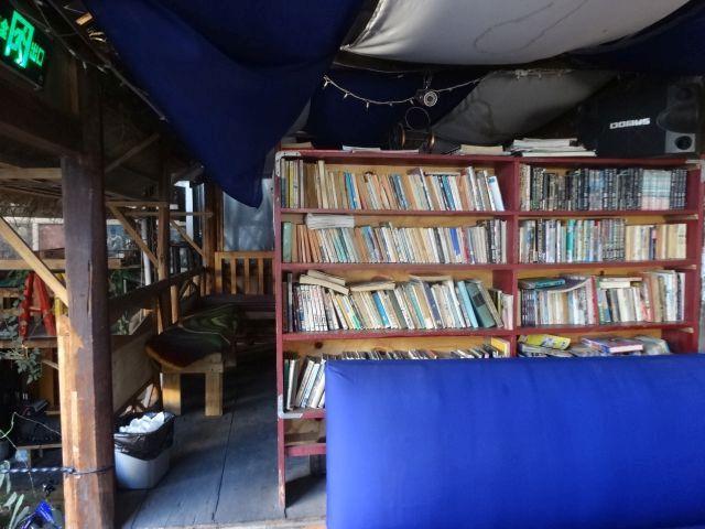 2階のスペースにもあった!数人では運びきれないほどの本がある。