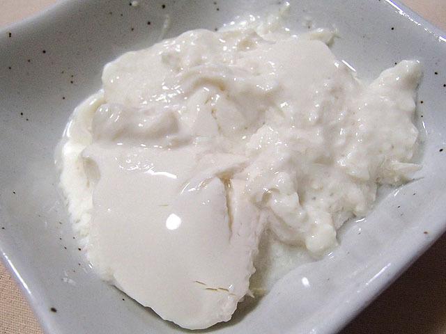 見た目はヨーグルト。豆乳だからおぼろ豆腐風と言った方がいいのか?