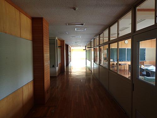 廃校といってもまだまだ新しい鉄筋コンクリート3階建て。備品はほとんどそのまま残っている。