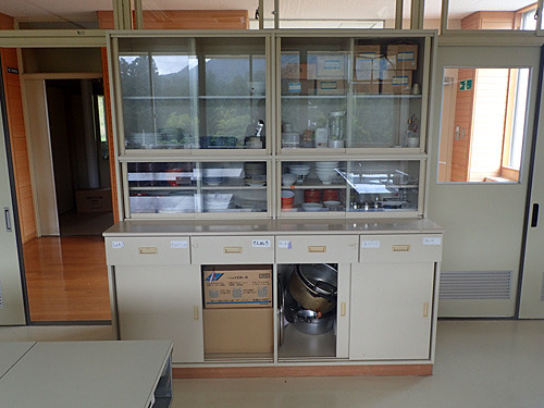 学校の家庭科室というよりは、なぜか公民館の調理室っぽい備品類。