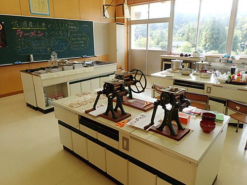 廃校の家庭科室を借りて、時代遅れの道具である家庭用製麺機を使ったワークショップをおこなうという製麺マニアのロマンが実現。こりゃ感慨深い。