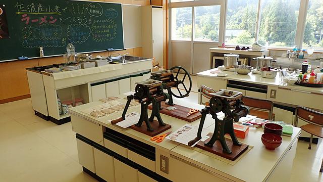 佐渡島にある廃校の家庭科室で、ラーメンを作るワークショップをやってきました。