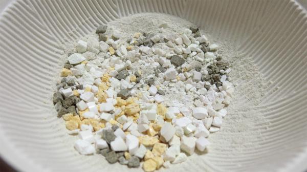 理科の実験とか、校庭のグラウンドでこんな色の石をみたことがある。