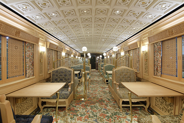 こちらはメープル材を用いたテーブル席の車内。細長い部屋なのでかろうじて列車内だとわかるが・・・。(写真提供:JR九州)
