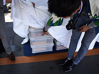 「或る列車」に積み込む食器類だった。舞台裏に早くもリーチ!