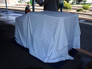 謎の白い布のかかった物体がホームに。