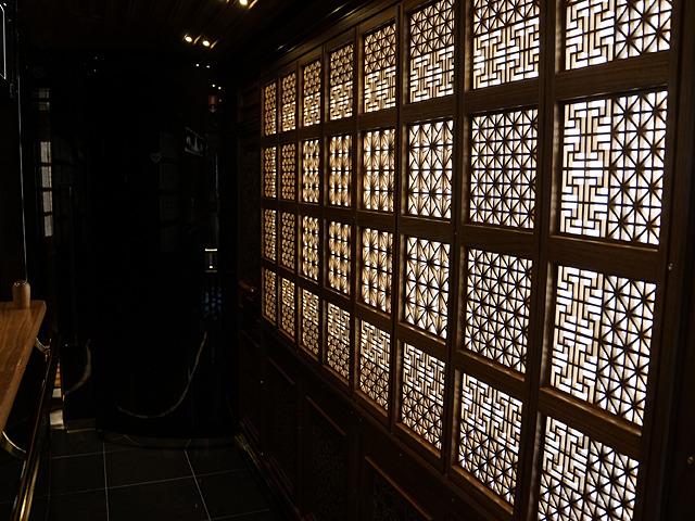 組子細工で覆われた壁を光が透過する。ここが列車内とは誰が思うであろうか!