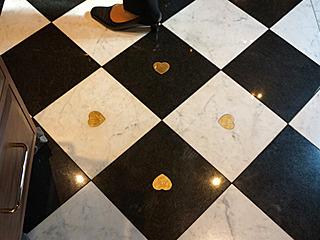 ハートの意匠も忘れずに、床にまで。