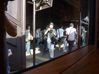 運行上の停車駅では、鉄道ファンやそうでない方もぜひ見物をと待ち構えていた。大人気。