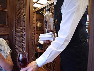 赤ワイン投入。このサーブ姿。