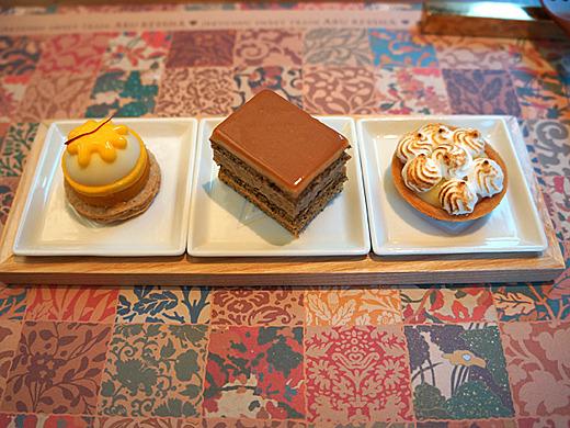 「十五夜の頃」。カボチャ主体のタルトに紅茶・キャラメルのケーキ、青柚子とメレンゲのタルト。小さいがギュッと詰まったお味で、満足の3点でした。