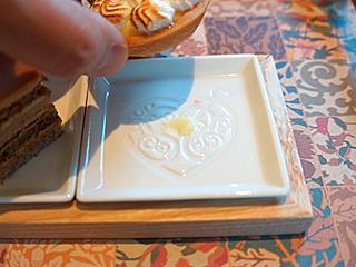 小皿自体にも「ST」の彫刻が。