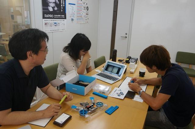 申し訳なさそうにぼくのアイディアスケッチを見せる編集部安藤さんと、困り果てるスイッチサイエンスの方々