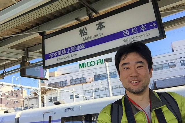 駅の表示板も松本づくし!次はー、西松本ー。
