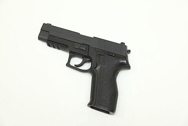 現代の銃(モデルガン)。握りやすいし狙いやすい。