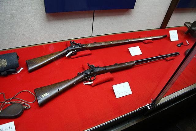 管打式銃。別名パーカッション式。火縄銃から進んで、ハンマーで雷管を叩いて中の火薬を爆発させて弾を発射する。現代のライフルに形も近い。