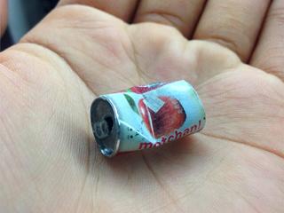 本体は紙を使用し、梱包用ビニールテープでツ ヤ出し。試行錯誤をくり返した結果だ。