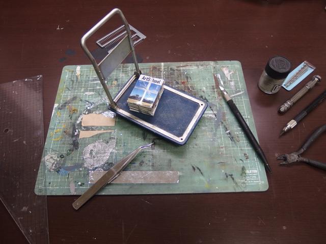 この小さなカッターマットから次々にジオラマが生まれていく。 主な材料:プラ版、プラ棒、デザインナイフ、あれば便利Pカッター、定規(大きめの三角定規がお勧め)、塗料(タミヤアクリルがベスト)、筆、紙やすり、瞬間接着剤など