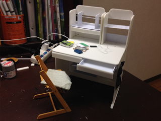 塗装前のデスク。角の曲線もヤスリで擦り、カンペキに仕上げていました。机から生み出された机。デスクonデスク。座布団も手作りです。