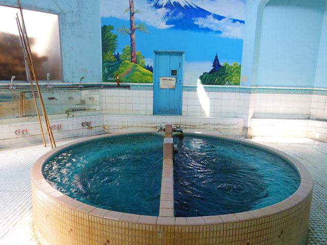 富士山のペンキ絵とブルーのお風呂とのコントラストが素敵! これぞ日本の銭湯!