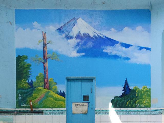 男湯のペンキ絵は定番の富士山