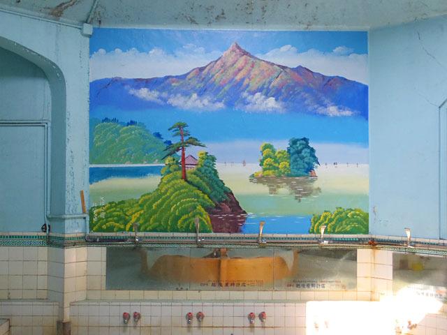 女湯のペンキ絵は北海道・大沼公園。お風呂で北海道から山梨、近江と軽く日本一周できる