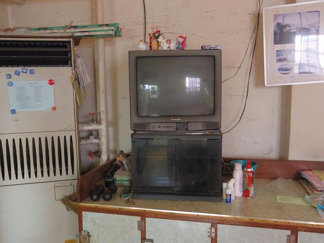 脱衣所にはブラウン管のテレビが現役だった。お風呂に入った後、ここでゆっくり会話を楽しむんだろうなぁ