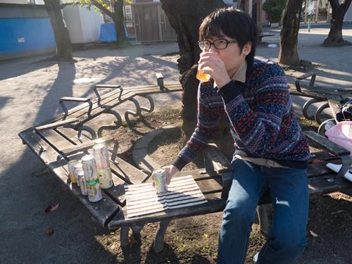 ということで飲み比べました。近所の公園で。