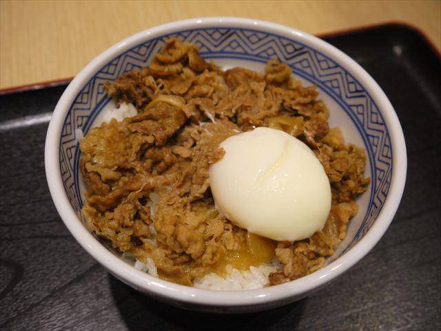 日本の味との比較、という意図で牛丼(温玉のせ)も頼んだ。360円くらい。