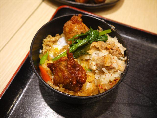 みんな食べられるように小鉢に少しずつ詰める。遠足で弁当を忘れたけど、友人に恵まれたパターン。