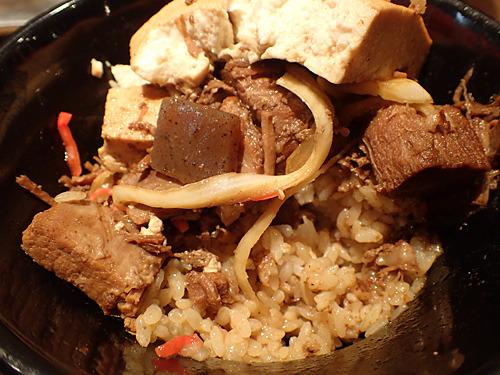 具をだいぶ食べてから発掘される埋蔵飯がうまい。「肉豆腐の下にご飯があったらいいのにっていう思い、ありますもんね!」と古賀さん。