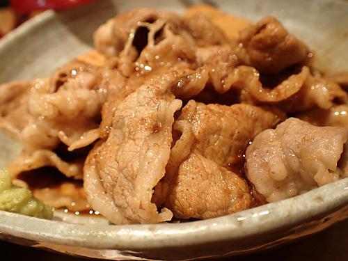 牛しゃぶ皿というのも追加。こちらは薄切り牛肉をサッと煮たタイプで、ワサビがついてくる。こちらも豆腐付き。