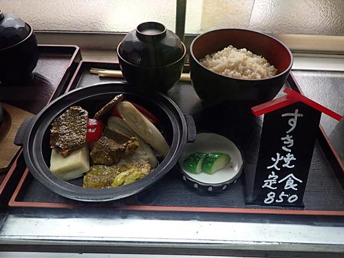 ショーウインドーには肉豆腐ではなくすき焼き定食が!