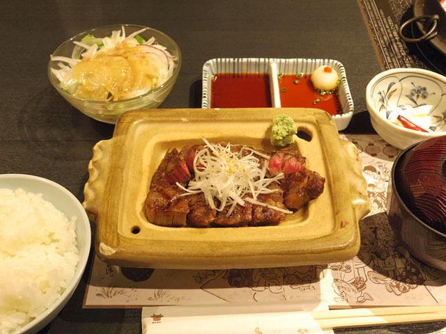 そうこうしているうちに4700円の定食、和風カットステーキ定食 ロース150gが運ばれてきた。