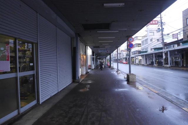 繁華街を抜け、商店街を進む。サクサクの……かつ…秘伝…タレ…あつあつ…ご飯……。