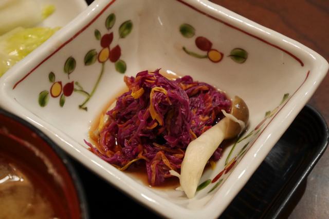 「かきのもと」という新潟特産の食用菊のお浸し。菊ははじめて食べましたが凄くおいしい植物ですね。