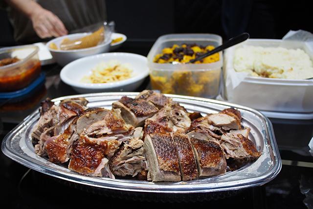 オシャレな手作り料理の合間で明らかに異彩を放つアヒル肉
