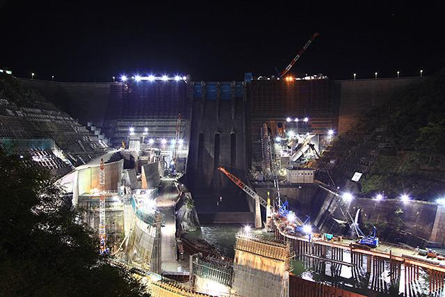 工事は24時間体制なので夜中の景色がすごい