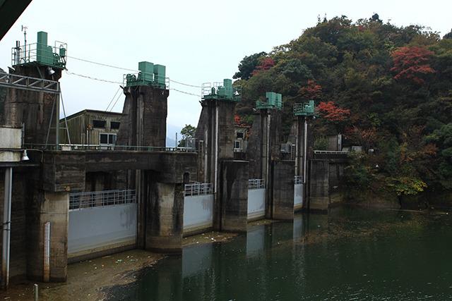 すると二級ダムの脇に出る