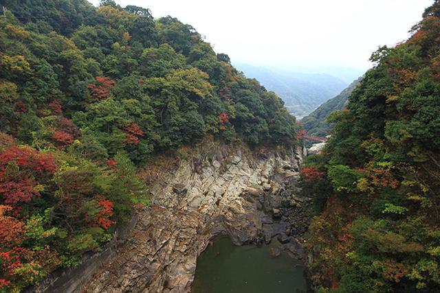 下流はものすごい岩場になっている