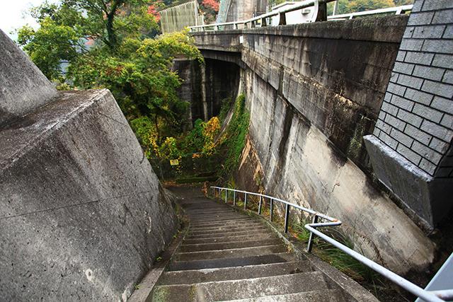ここから階段を降りていく