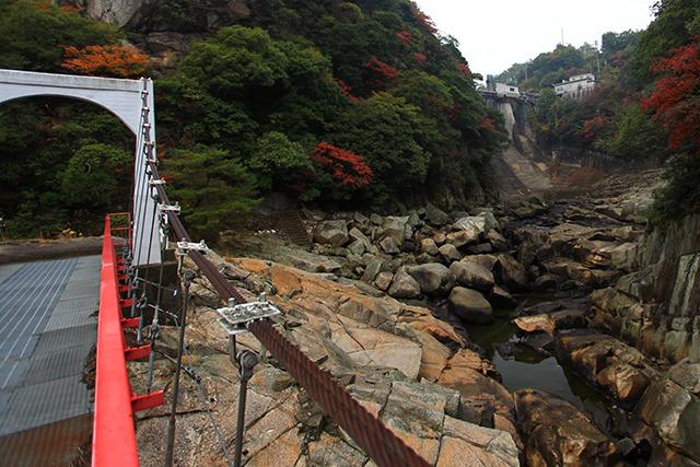 吊り橋からダムがチラリと見える