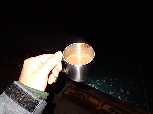 寒空の下で味わう友人がくれたホットコーヒー。